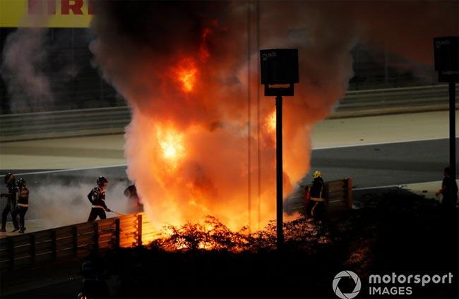 Контакт Квята и Грожана привел к серьезной аварии с пожаром и пробитым отбойником